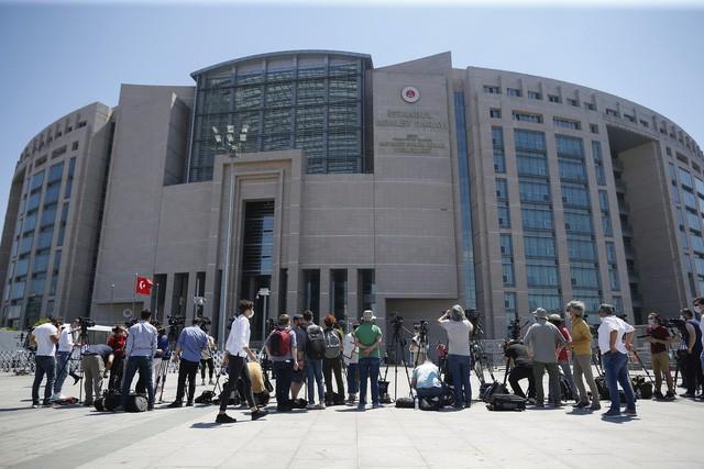 Báo chí tác nghiệp bên ngoài phiên tòa xét xử các nghi phạm sát hại nhà báo Jamal Khashoggi.