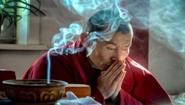 Hình ảnh thầy phù thủy Tây Tạng đang yểm bùa làm phép.