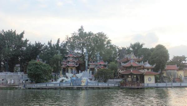 Đền Chợ Giá nằm bên bờ sông Giá, phong cảnh non nước hữu tình.