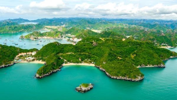 Đảo Cát Bà - viên ngọc xanh huyền thoại nhìn từ trên cao.