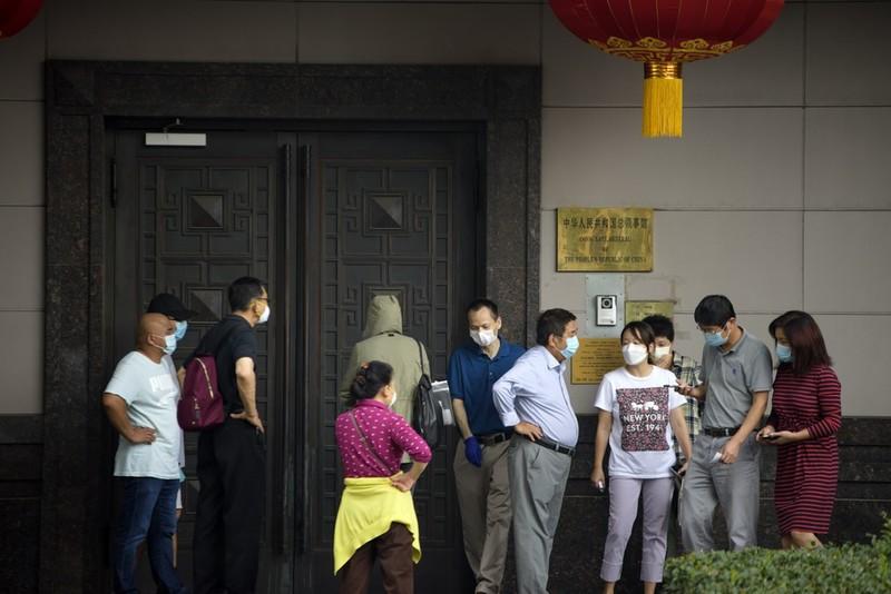 Bên ngoài Tổng lãnh sự quán Trung Quốc tại Houston vừa bị Mỹ buộc đóng cửa.