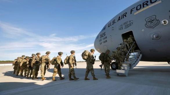 Binh sĩ Mỹ lên máy bay vận tải C-17.