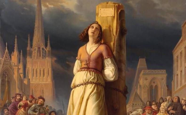 Jeanne d'Arc bị kết tội phù thủy và đưa lên giàn hỏa thiêu.