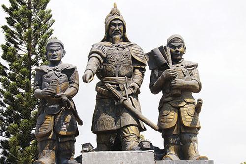 Tượng đài Trần Hưng Đạo và hai mãnh tướng Yết Kiêu, Dã Tượng ở TP Phan Thiết (tỉnh Bình Thuận).