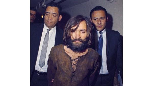 Cảnh sát dẫn giải tên sát nhân Charles Manson.
