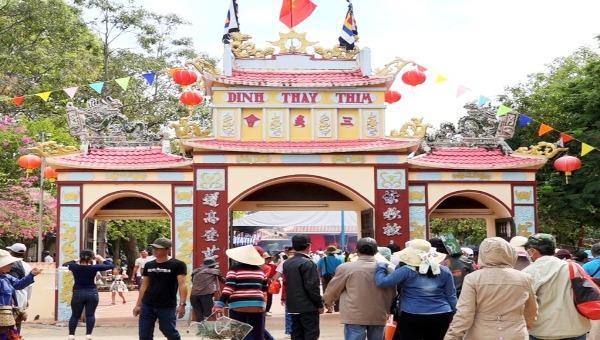 Dinh Thầy Thím thu hút đông đảo du khách về tham dự Lễ hội Văn hóa du lịch dinh Thầy Thím.