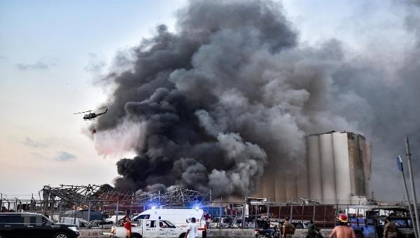 Khói bốc lên từ vụ nổ ở cảng Beirut ngày 4/8/2020