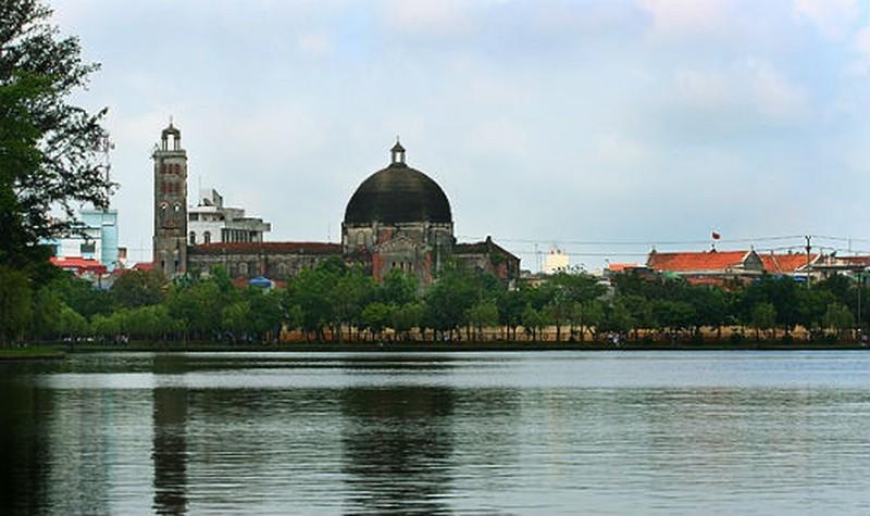 Nhà thờ Khoái Đồng cổ kính chụp từ công viên hồ Vị Xuyên.