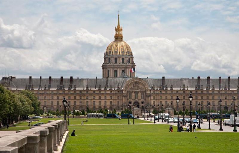 Lăng mộ Napoleon nằm trong quần thể Điện Invalides.