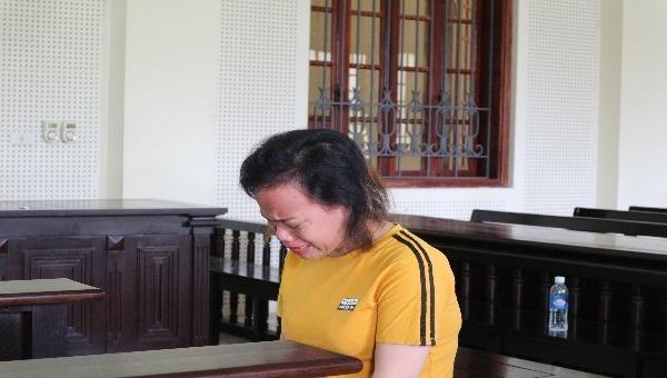 Bị cáo Trần Thị Tân khóc suốt phiên xử.