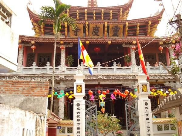 Chiều cao lý tưởng của chùa Đỏ lên tới 26m.