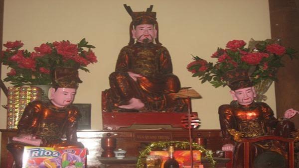 Tượng Đức Ông với một chân trần độc đáo của chùa Bộc được cho là hiện thân vua Quang Trung.