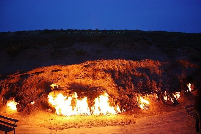 Ngọn lửa cổ đại cháy liên tục suốt 4.000 năm trên sườn núi Yanar Dag.