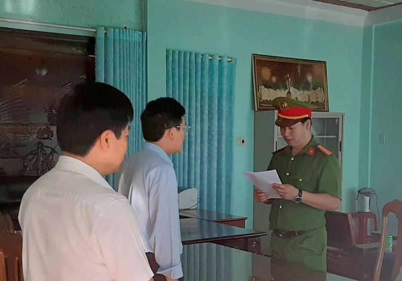 Cơ quan công an đọc lệnh bắt tạm giam ông Nguyễn Hồng Lam (giữa).