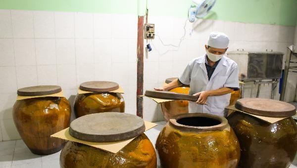 Rượu Bến Gỗ được chứa trong lu sành nhằm giữ được hương vị ngọt thơm đặc trưng riêng.