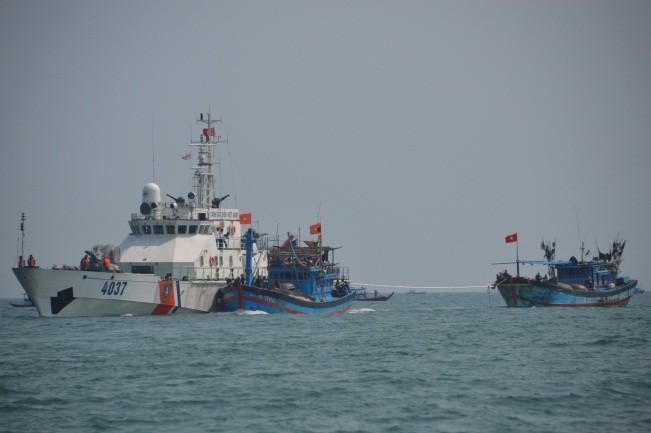 Lực lượng Cảnh sát biển cứu hộ ngư dân gặp nạn trên biển.