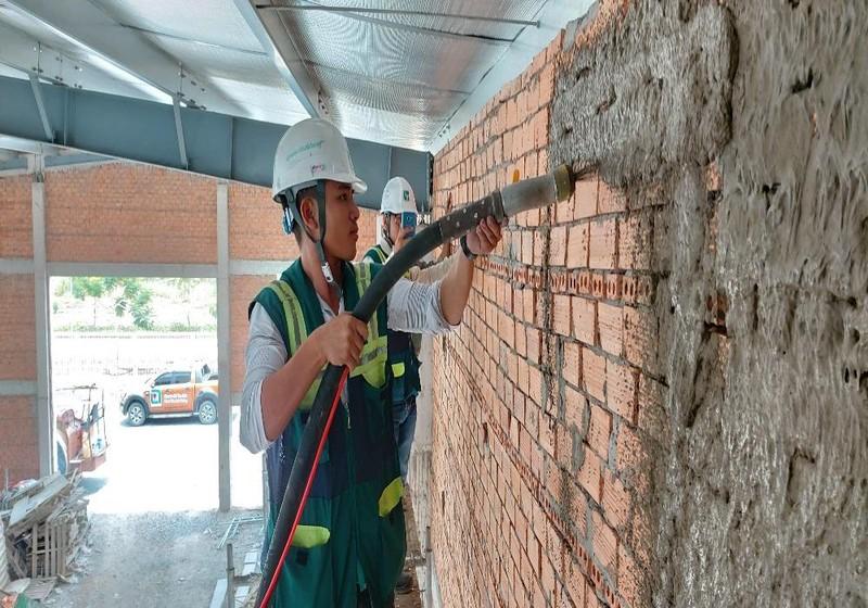 Công nhân Công ty Nam Phú Lộc đang thi công tại một công trình.