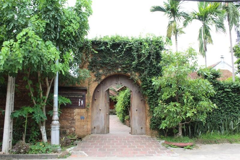 Một cổng làng đượm chất thơ.