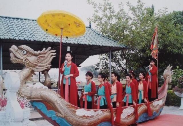 Biểu diễn hát Chèo tàu tại xã Tân Hội (ảnh tư liệu).