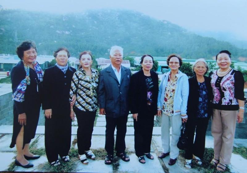 Ban liên lạc nữ tù binh Phú Tài trong một dịp thăm lại trạm giam.
