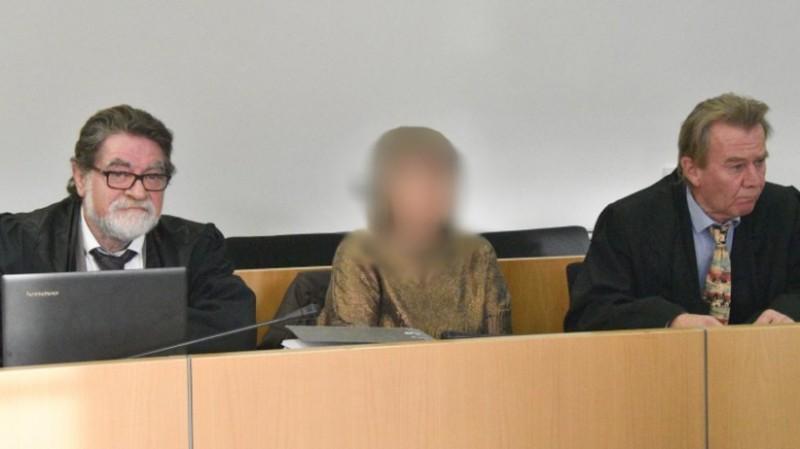 Vụ xét xử Sylvia (ngồi giữa) khiến dư luận hoài nghi về tính xác đáng của lời khai và bản án.