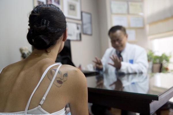 Một bệnh nhân đang được các bác sỹ tư vấn về quy trình phẫu thuật.
