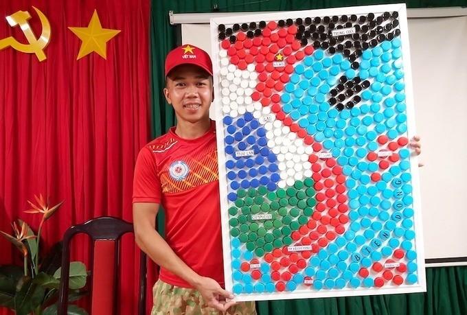 Xúc động, tự hào bên tấm bản đồ Việt Nam làm từ 509 nắp chai nhựa.