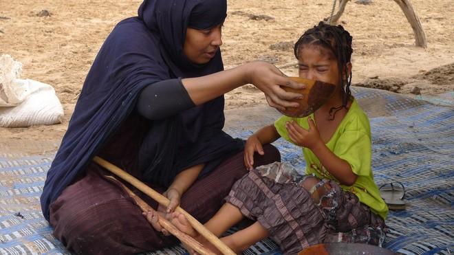 """Các bé gái Mauritania bị ép tăng căn tại các """"trại vỗ béo"""" giữa sa mạc."""