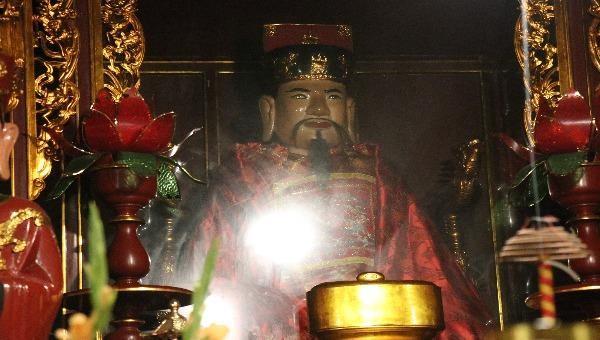 Bức tượng cổ về Đức thượng đẳng Đức chúa ông Ngô Long tại chùa Cầu Đông.