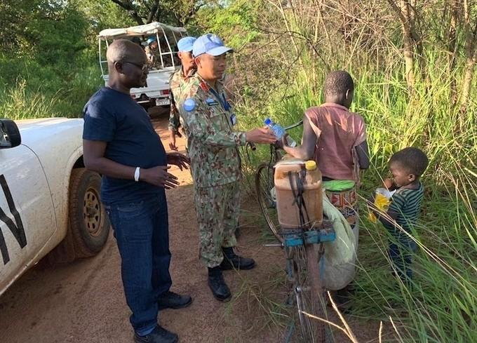 Trung tá Vinh gặp những em bé Sudan trên đường thực hiện nhiệm vụ.