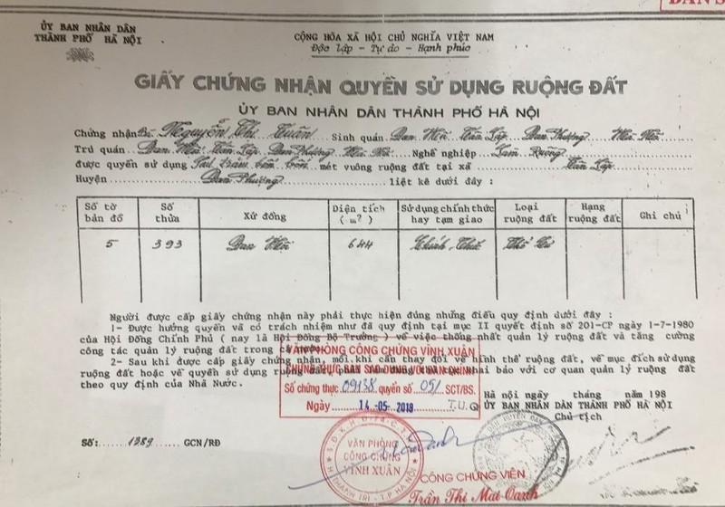 Bản sao công chứng Giấy chứng nhận quyền sử dụng đất được cấp cho cụ Nguyễn Thị Tuân vào năm 1988 theo Chỉ thị 299 của Thủ tướng Chính phủ (ảnh do đương sự cung cấp).