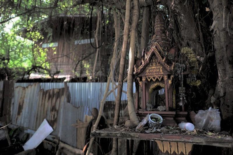 Ngôi nhà gỗ ở Thonburi, Bangkok, bị người dân địa phương tránh xa.