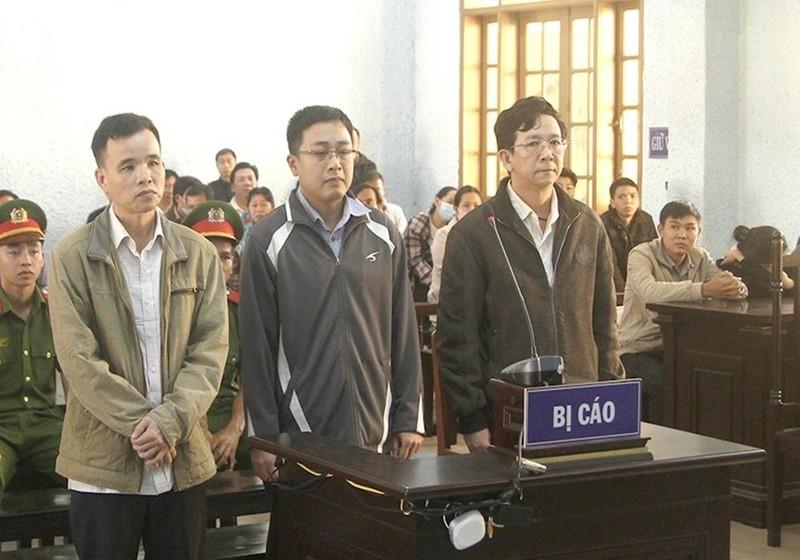 Các bị cáo tại phiên tòa xét xử ngày 30/10.