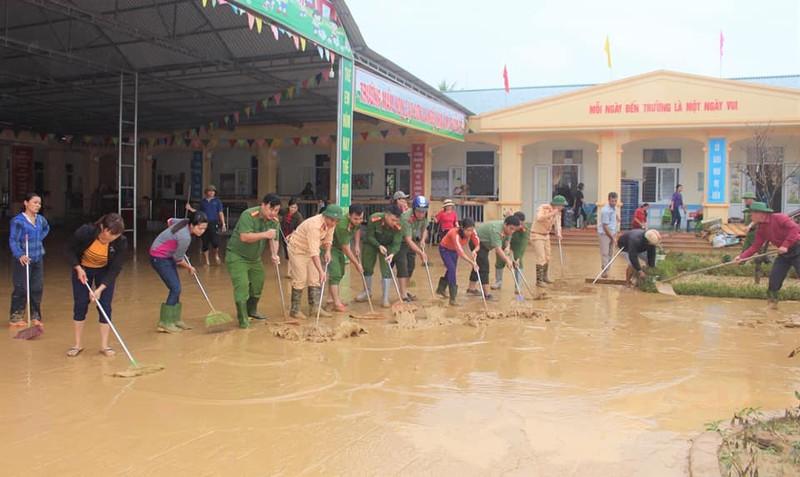 Lực lượng công an Nghệ An khắc phục hậu qua sau mưa lũ.