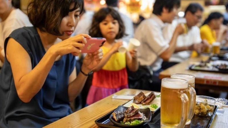 Thực khách thưởng thức món cá ngừ vằn Katsuo.