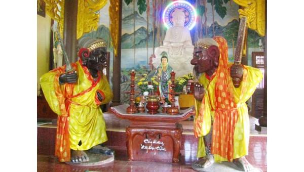 Hai pho tượng ông Đỏ, ông Đen trong chùa Nhạn Sơn (Bình Định).