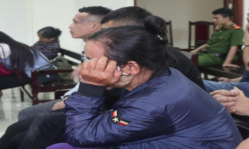 Người mẹ bất hạnh khóc suốt phiên xét xử con trai.