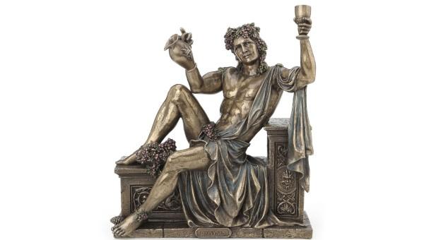 Biểu tượng của Dionysus là vòng đội đầu làm từ dây leo cây nho và quả nho.