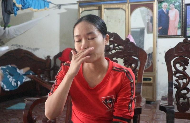 Chị Hoa bật khóc khi giãi bày về tình cảnh gia đình.