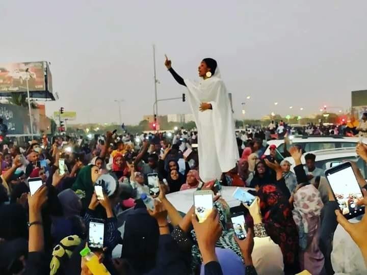 Alaa Salah - nhà hoạt động về nữ quyền nổi tiếng của Sudan diễn thuyết trước quần chúng.