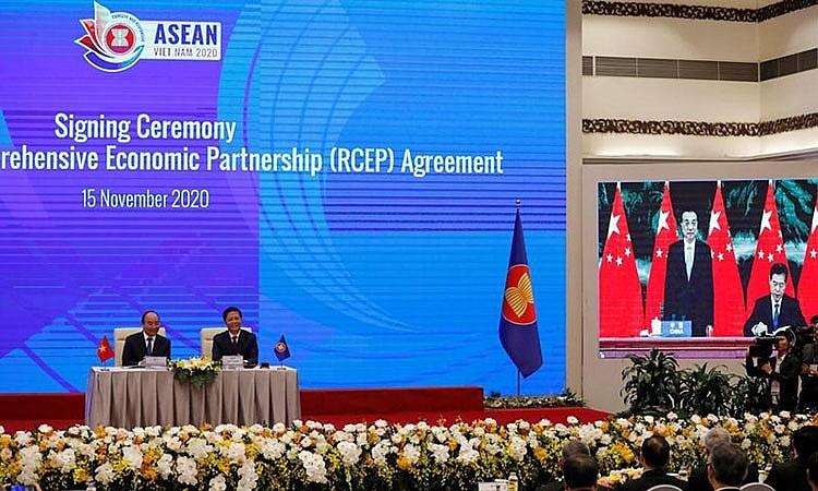 Thủ tướng Nguyễn Xuân Phúc và Bộ trưởng Bộ Công thương Trần Tuấn Anh chứng kiến đại diện các nước ký RCEP qua hình thức trực tuyến.