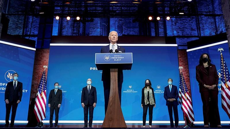 Ông Biden (giữa) giới thiệu những người được ông đề cử cho các vị trí quan trọng trong nội các.