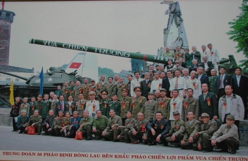 """Các cựu chiến binh Trung đoàn Bông Lau chụp ảnh lưu niệm bên khẩu pháo """"Vua chiến trường"""" đang trưng bày ở Bảo tàng Lịch sử Quân sự Việt Nam."""