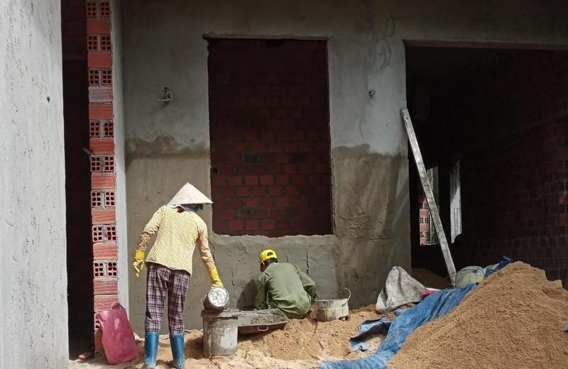 Bình Định: Chiếm suối, xây nhà không phép ngay tại trung tâm thành phố, cán bộ phường nói không biết