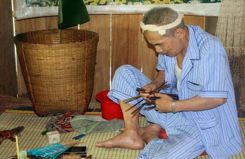 Thầy mo Lương Xeo Coóng kiểm tra tế cụ trước khi hành lễ.