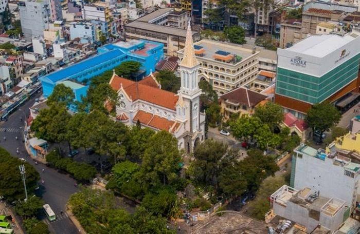 Nhà thờ Huyện Sỹ tọa lạc tại vị trí đắc địa ở Quận 1, TP Hồ Chí Minh.