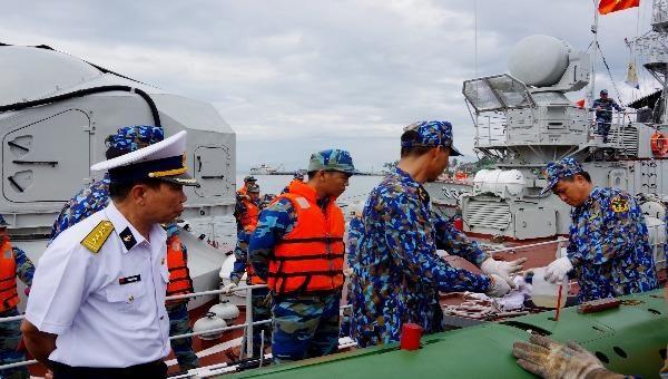 Cán bộ chiến sĩ Vùng 3 Hải quân luôn sát cánh cùng ngư dân bảo vệ biển đảo Tổ quốc.