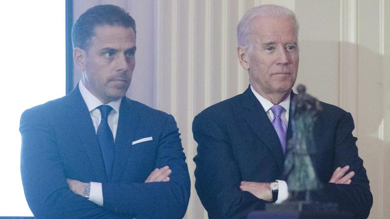 Hunter (trái) là con trai của tổng thống Joe Biden đang bị điều tra các giao dịch tài chính ở Trung Quốc.