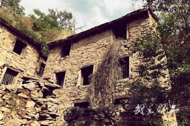 Vẻ ma quái kinh dị của một ngôi nhà trong làng Phong Môn.