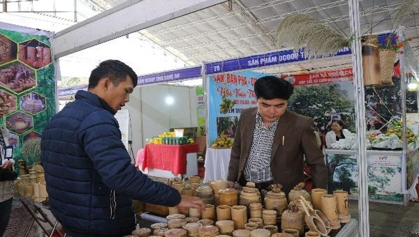 Anh Thái Đăng Dũng đang giới thiệu sản phẩm tại hội chợ thương mại.